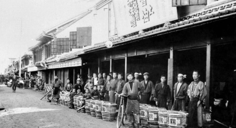 唐人町本店前に社員が並んだ昔の写真